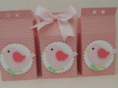 Caixa milk P confeccionada com papel de scrapbook com aplique de passarinho. Quantidade minima: 20 unidades Tamanho: 11 alt x 6 comp x 4 larg cm R$ 5,50