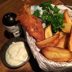 Yksi maailman tunnetuimmista ruokalajeista lienee peribrittiläinen Fish and chips. Meillä kaikilla on mielikuva uppopaistetusta kalasta ja ranskalaisista perunoista, jotka on kiepaistu sanomalehden sisälle ja syödään sormin Lontoon kujilla värjötellen. Herkku syntyy helposti myös kotikonstein.