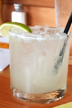 15 Low-Calorie Cocktails You Can Order Anywhere HG's On-the-Go Margarita (about 105 calories, SmartPoints® value of This is THE best. Just order tequila and club soda with a lime wedge… then add your secret ingredient! Keep a packet or two of sugar-fre Low Carb Cocktails, Low Calorie Alcoholic Drinks, Alcholic Drinks, Healthy Cocktails, Cocktail Drinks, Yummy Drinks, Cocktail Ideas, Low Cal Drinks Alcohol, Alcoholic Drinks On Weight Watchers