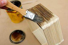 Agregue un poco de encanto a mediados de siglo a su pared de la galería con esta idea arte de la pared de DIY.  Todo lo que necesita es palitos de helado, pegamento y un poco de colorante para hacer este barato nocaut decoración del hogar.  Haga clic para ver el tutorial completo y descargar la plantilla del hexágono.  |  MakeAndDoCrew.com