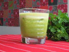 Suco de 1 limão pequeno  - 1 colher (sobremesa) de semente de abóbora sem casca  - 5 folhas de hortelã  - 250 ml de água de coco  - 1 fatia de abacaxi