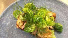 Smørrebrød med fiskefrikadeller, ristet rosenkål og dildmayo