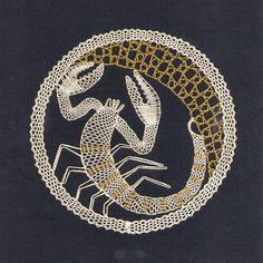 renda de bilros / bobbin lace signos / horoscope Bobbin Lacemaking, Bobbin Lace Patterns, Lace Heart, Victorian Lace, Lace Jewelry, Lace Making, Lace Collar, Filet Crochet, String Art