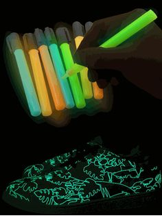 Maybe an idea for a neon or glow birthday party? Just give the kids some paper and Glow in the Dark Paint Pens and turn off the lights :) Glow Stick Wedding, Glow Stick Party, Glow Sticks, 13th Birthday Parties, Slumber Parties, Sleepover, Girl Birthday, Neon Party, Neon Glow