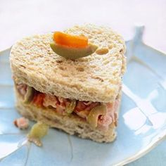 Pretty tea sandwiches. Recipes for different kinds of fillings. Good site.