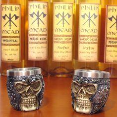 Seus brindes e shots nunca mais serão o mesmo com esse conjunto de mini copos medievais.  Imagine servir sua bebida preferida nos copos de shot de caveira com elmo?#medieval #viking #guerreiro #shot