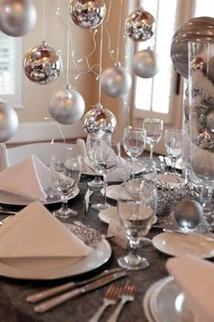 It was so much fun to plan this holiday photo shoot with The Georgia Club – the table settings and decorations turned out beautiful! I hope they give you some inspiration for your holiday par… Silver Christmas, Noel Christmas, Christmas And New Year, All Things Christmas, Christmas Table Settings, Christmas Tablescapes, Christmas Decorations, Silvester Party, Christmas Entertaining