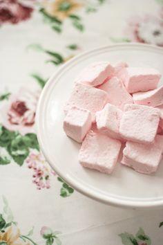 """Las nubes de caramelo """"marshmallows"""" (en inglés) son muchísimo más fáciles de hacer de lo que uno se imagina, con esta receta podéis convertir estas fantásticas chuches en un complemento perfecto para las fiestas infantiles y las no tan infantiles. Las nubes de caramelo son el resultado de montar una gelatina solidificada, a diferencia de lo que muchos piensan, no es un merengue, es decir, no llevan huevo, aunque la forma de montarlo es muy parecida a la de un merengue suizo, los ..."""