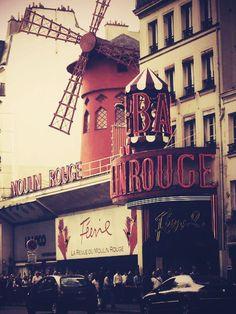 """Moulin Rouge: Paris, France... un luogo """"mitico"""" per la pittura impressionista, da Toulouse-Lautrec ad oggi... anche se ho scoperto che oggi è considerato soprattutto un'attrazione per turisti ha mantenuto comunque un suo fascino..."""