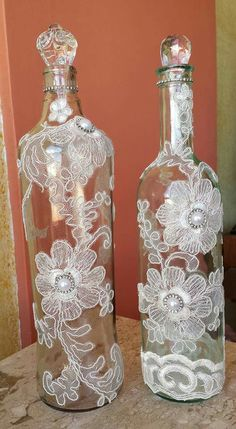 Decorative Bottles : Bottles with pearls and floral doilies -Read More – bottle crafts lace Decorative Bottles : Bottles with pearls and floral doilies - Decor Object Glass Bottle Crafts, Wine Bottle Art, Painted Wine Bottles, Diy Bottle, Bottles And Jars, Bottle Lamps, Vodka Bottle, Glitter Paint Wine Bottles, Beer Bottle