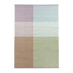 Punavuori in der lila dominierten Variante ist ein Teppich der finnischen Textildesignmarke Vallila, der aus einer Baumwoll-Woll-Mischung gewebt wird. Das dezente, grafische Muster in charakterstarker Farbkombination setzt klare Akzente im Zuhause.