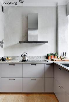 Köksinspiration ljusgrå luckor med grepp Dining Area, Kitchen Dining, Kitchen Decor, Beautiful Kitchens, Cool Kitchens, Interior Design Living Room, Living Room Decor, Kitchen Styling, Kitchen Furniture