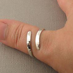 Wikkel rond sterling silver ring gehamerd.  Wikkel uw vinger in een prachtige swirl van sprankelende sterling zilver! Eenvoudige, slanke en elegante design, de zeer gepolijste afwerking vangsten het licht prachtig en schittert op uw vinger. Vanwege zijn dikte maakt een grote duim ring, of een verklaring stuk voor een andere vinger.  Elke ring is handgemaakt door mijzelf, gevormd, klaar en tuimelen gepolijst voor extra sterkte, glans en lustre, naast de hand polijsten.  Deze aanbieding is…