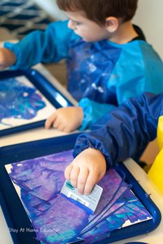 A beautiful winter process art for toddlers project that you will love to keep forever. An art project that also strengthens fine motor skills & colors. Art Center Preschool, Process Art Preschool, Art Activities For Toddlers, Lesson Plans For Toddlers, Art For Toddlers, Winter Art Projects, Toddler Art Projects, Art Montessori, Bel Art