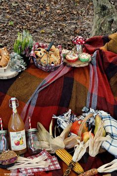 mellimille: Herbstpicknick im Wald... Elsässer Schnittchen, Crostata di mele, Schoko-Birnen-Taschen und Rote Bete-Meerrettich-Sandwich