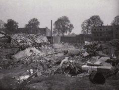 De Ruyterstraat. De Kapokfabriek na brandbominslag  op 2 oktober 1944. In de   kelder van de fabriek dachten ruim 100 mensen een veilig onderkomen te vinden.