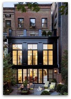 Fachada con tabique aparente , ventanas de hierro negro y elementos repetitivos