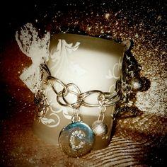 💗 Per CLAUDIA bracciale con charms personalizzati....un abbraccio angelico di putti alati e fiocchi di organza glitterati....💗  ....un beso para ti.... #personalized #charms #angeli #pizzo #angel #lace #bracelet #bracciale #creatività #creation #creativity #handmade #strass #glitter #colcuore #ciondoli #regalo #regali #accessori #argent #white #pandora #artistic #artist #gold #original #unique