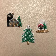 Ça y est 2018 a commencé On va enlevé les décorations et regarder la neige tomber @pauline_eline @lovelyoupi #jenfiledesperlesetjassume #jesuisunesquaw #beadsaddict #delicamiyuki #jetisseetalors #perleandco #brickstitch ⛷ Beaded Christmas Ornaments, Christmas Earrings, Noel Christmas, Christmas Jewelry, Christmas Crafts, Seed Bead Patterns, Beading Patterns, Perle And Co, Bead Crafts