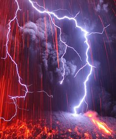 Lightning falls on a Japanese Volcano Eruption! An incredible series of photographs of lightning falling on the Japanese volcano Sakurajima, very active. Made by photographer Martin Rietze, who's fascinated by Extraordinary Natural Phenomena. Photos that All Nature, Science And Nature, Amazing Nature, Images Cools, Volcan Eruption, Fuerza Natural, Cool Pictures, Cool Photos, Amazing Photos