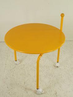 Mobilny stolik klubowy z lat 70. Całość wykonana ze stali lakierowanej. Mebel bardzo praktyczny: po…