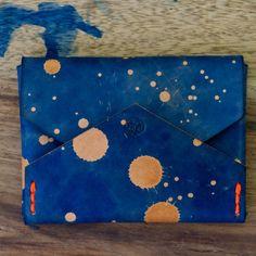 Der card holder von Studio Munique! - Maße: 9,5 x 7 cm- fortlaufend nummeriert- jedes Stück ein Unikat- von Hand genäht (Neon Garn)- von Hand gefärbt - Logo Prägung- Rindsleder- Farbe: space blue- super slim- voll Laser #studiomunique #manufactur #handmade #leather #stuff #fashion #keyring #wallet #design #munich #denim #mensfashion #custom #orginal #handcrafted #qualitygoods #patina #artisan #keyfob # keychain #handstiched #graphic #moneyclip #madeingermany #love #sewing