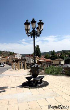 Trillo  PortalGuada   Trillo es un municipio de España situado en la provincia de Guadalajara a orillas del río Tajo entre las comarcas del Alto Tajo y La Alcarria. Además de la capital municipal, forman parte de Trillo como pedanías Azañón, Morillejo, La Puerta y Viana de Mondéjar.  El municipio de Trillo se encuentra en la zona central de la provincia de Guadalajara, a 81 km de la capital provincial y a 136 km de Madrid.  Situación: 40°42′10″N 2°35′29″O  Monumentos:  - Puente sobre el Tajo…