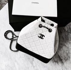 Nice black and white bag Chanel style Chanel Handbags, Fashion Handbags, Purses And Handbags, Fashion Bags, Cheap Handbags, Burberry Handbags, Coach Handbags, Luxury Purses, Luxury Bags