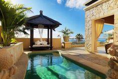 Royal Garden Villas & Spa es un magnífico hotel 5 estrellas Gran Lujo está situado en la playa del Duque, en Adeje (Tenerife). El hotel ofrece una gran calidad y el lujo es tangible en las 28 villas exquisitamente decoradas y en las que puedes disfrutar de tu propia piscina privada. La exclusividad está 100% asegurada.