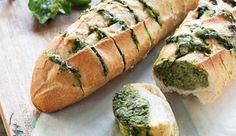 Minibaguetes com alho e pesto de espinafre com Iogurte NESTLÉ Grego Tradicional e queijo parmesão ralado