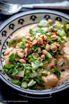 {LCHF-Rezept}Hühnchen in pikanter Erdnusssosse mit grünem Knack-Topping und Kokos-Limetten-Cauli-Reis  GourmetGuerilla.de