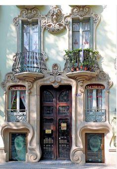 Gaudi Barcelona - Barcelona , Catalunya.Empleando con acierto los beneficios del trabajo .