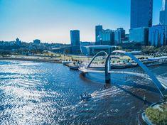 [Australie] Bien qu'isolée – Perth se situe à 4000km des autres grandes cités du pays – le climat agréable et la richesse minière de l'Etat de l'Australie Occidentale, attirent de plus en plus d'immigrants ce qui en fait l'une des villes plus prospère du pays. L'on dit de Perth que ses habitants sont les plus sympathiques d'Australie. Le cadre verdoyant et reposant avec la Swan River qui traverse son centre ville y sont certainement pour quelque chose.  Qui a déjà visité Perth ? . .… Australia House, Western Australia, Australia Travel, Perth, Bucket List Family, Thing 1, Best Cities, Travel Goals, Vacation Destinations