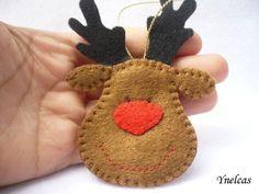La Navidad es la época más hermosa del año.    Este adorable adorno de Navidad, reno de fieltro de color marrón, está cosido a mano y tiene la nariz roja y los ojos negros. Cuelga de una bonida cinta de Navidad.    Usted recibirá UN adorno.    • fieltro en color chocolate, negro y rojo  • tamaño 2.75 x 4.5 (8.0 x 11 cms) (no incluye el lazo de cinta )  • cinta dorada para colgar  • relleno con fibra de poliéster  • no se utilizó pegamento para su confección  • 100% cosido y cortado a mano…