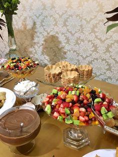Ideias de como preparar um chá da tarde e como decorar para receber – Emiliana. Brunch Party, Tea Party, Brunch Mesa, Kids Collection, Tropical Party, Food Platters, Food Decoration, Food Presentation, Luau