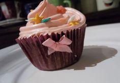 Cupcake de chocolate com cobertura de morango - Cobertura com Emulsificante: 1 caixa de leite condensado bem gelado 1 colher de sopa de emulsificante 1 saquinho de suco da sua preferência, eu uso o de morango
