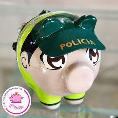 Piggy Policía 💚👮🏻♂️👮🏻♀️ 𝑨𝒍𝒄𝒂𝒏𝒄𝒊𝒂𝒔 𝑷𝒆𝒓𝒔𝒐𝒏𝒂𝒍𝒊𝒛𝒂𝒅𝒂𝒔 𝑷𝒊𝒈𝒈𝒚𝒔. 🐽 👇🏻👇🏻👇🏻 ⭐️Alcancías Personalizadas, pintadas a Mano 100% 🎨 ✍🏻 ⭐️Decoraciones en… Piggy Bank, Origami, Christmas Ornaments, Holiday Decor, Instagram, Home Decor, Safe Room, Sink, Pig Decorations