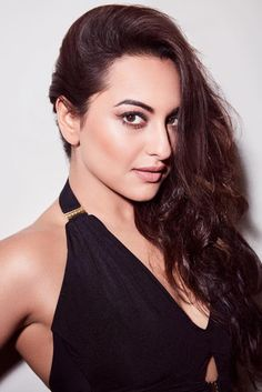 Sonakshi Sinha New Photos Gallery Bollywood Actress Hot Photos, Beautiful Bollywood Actress, Most Beautiful Indian Actress, Actress Photos, Bollywood Actors, Bollywood Celebrities, Angela Simmons, Sarah Jessica Parker, Bikini Pictures