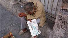 Las pobres pensiones y el creciente costo de los alimentos obligan a muchos ancianos a mendigar en Cuba.