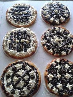 Mouku dáme do mísy, uděláme důlek a přidáme kvásek z mléka cukru a droždí. Pak přidáme ostatní přísady a zaděláme těsto a necháme kynout. Během kynutí... Slovakian Food, Good Food, Yummy Food, Czech Recipes, Bread And Pastries, Graham Crackers, Food Art, Sweet Recipes, Sweet Tooth