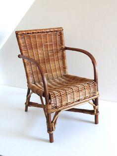 Chaise d'enfant rétro en rotin et osier style bistrot années 40