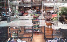 Comercio de ropa deportiva que fue saqueado repuso sus vidrios, pero todavía falta la mercadería en la vidriera.