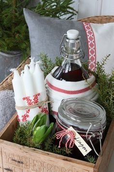 Gift Baskets – What to Look For, Cheap Or Expensive – Gift Ideas Anywhere Swedish Christmas, Noel Christmas, Scandinavian Christmas, Rustic Christmas, All Things Christmas, Christmas Crafts, Christmas Decorations, Green Christmas, Gift Hampers