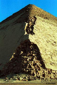 Piramides de Egipto : Romboidal o Acodada,  se les desplazó ya antes de acabar y modificaron el diseño.