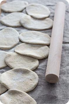 Gerollte Salzstangerln - Österreich, das schmeckt! Home Bakery, Bread Recipes, Food And Drink, Dani, Butter, Cooking Recipes, Pretzel Sticks, Pretzel Bun, Sweet Desserts