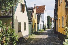 Con sus callejones y casas bajas del siglo XVII y XIX, la localidad pesquera de Dragør (11.721 habitantes), cerca de Copenhague, está considerada como uno de los pueblos mejor conservados de Dinamarca. Cuenta, de hecho, con 76 edificios declarados monumentos nacionales.