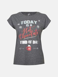 """T-skjorte med juleprint foran.   Modellen er 176 cm og bruker S/36 og 26-27"""""""" i jeans.  Mørk grå"""