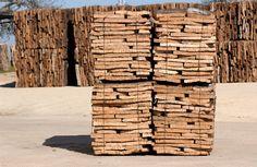 CORCHO: 100% natural y renovable, almacenador de CO2 y considerado el aislante más inalterable. Coeficiente de conductividad térmica: entre 0,04 y 0,03 kcal/hmºC. Gran inercia térmica. Insuperable comportamiento acústico. Inerte e impermeable (gracias a la suberina), resistente a los agentes químicos, de gran durabilidad, no es atacado por insectos. Transpirable. Resistencia al fuego (clase E), no desprende gases tóxicos en la combustión. Reciclable, reutilizable y biodegradable
