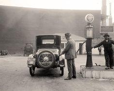 """E-petrol.pl : """"Drugi tydzień września 2014 roku był kolejnym, kiedy kierowcy mogli zauważyć spadki cen paliw na stacjach. Średnio w kraju paliwa są tańsze o 2 grosze w odniesieniu do minionego tygodnia."""" (fot. http://old-photos.blogspot.com/)"""