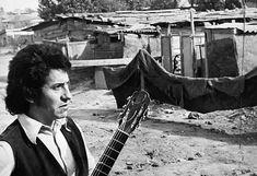 A 41 años de la muerte de Víctor Jara: 110 fotos suyas que quizá no conoces ~ WEBGUERRILLERO Victor Jara, Face Proportions, Virginia Woolf, Folklore, Youtube, Latin America, Hands, Great Britain, Famous Artists
